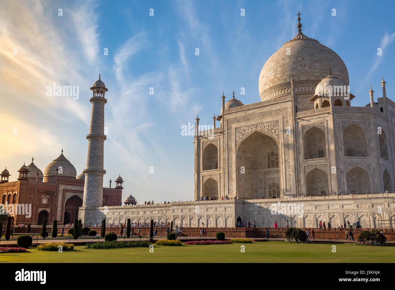 Taj Mahal in Agra Indien mit einem schönen Moody sonnenuntergang himmel. Ein Unesco Weltkulturerbe in Agra Stockbild