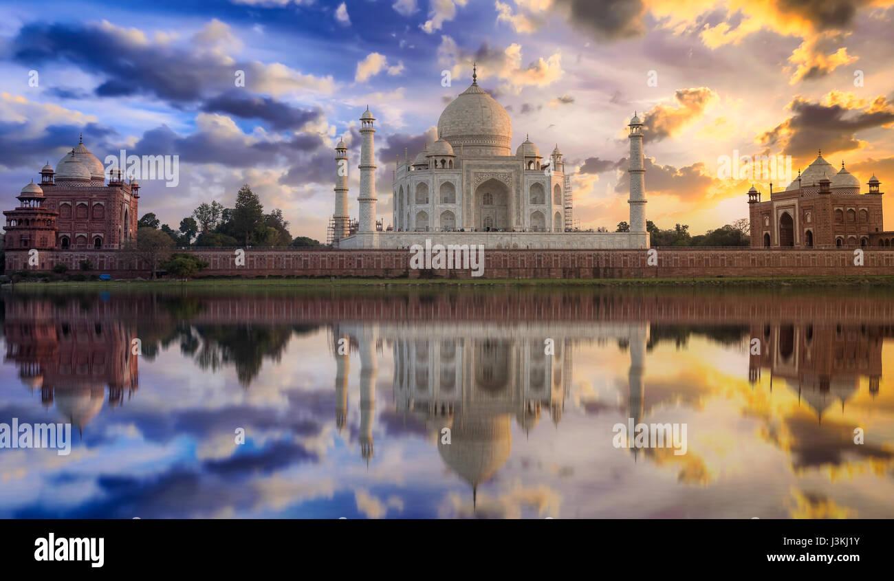 Taj Mahal Sonnenuntergang Blick vom Ufer des Yamuna Flusses. Taj Mahal ist ein weißer Marmor mausoleum als Stockbild