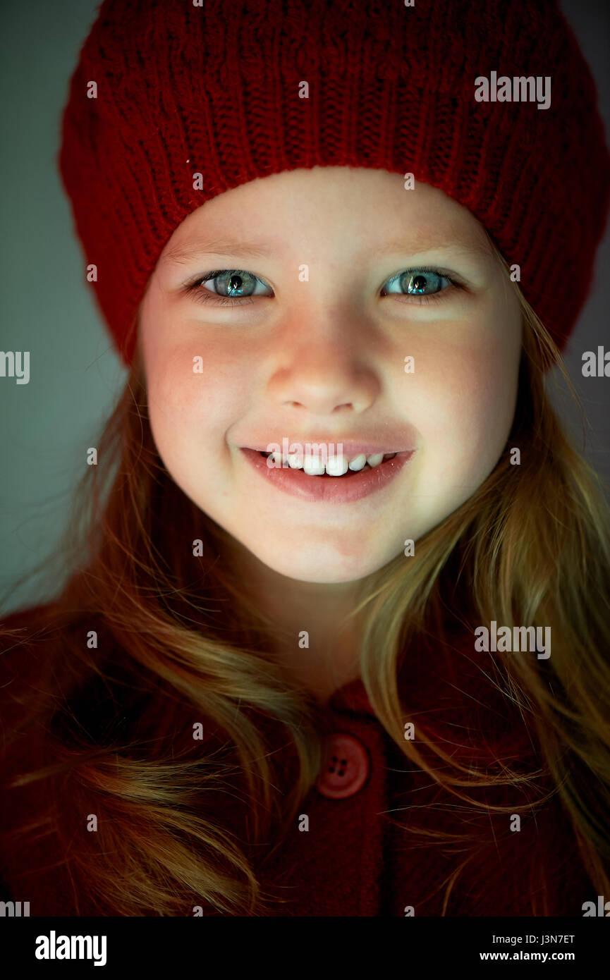 Kind 3 Jahre Alt Mit Blauen Augen Und Weiße Zähne In Eine Rote Mütze