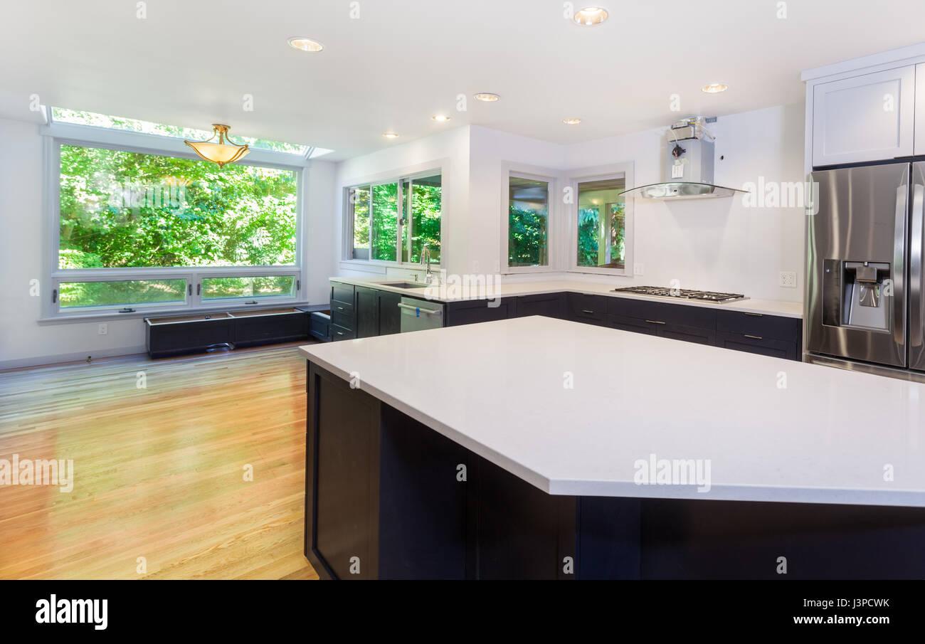 Küche mit Spüle, Kochfeld, Kühlschrank und teilweise ...