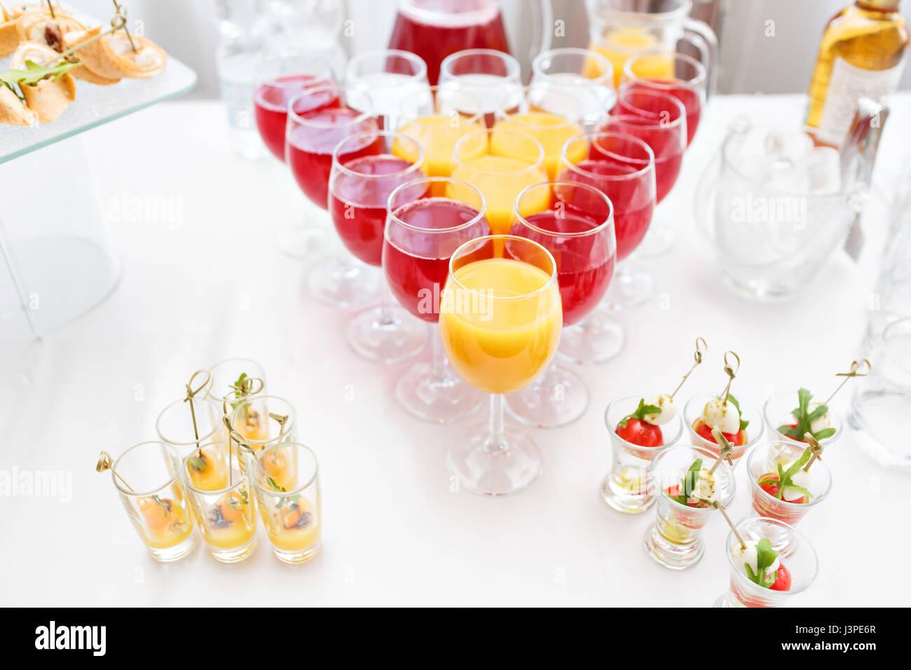 Restaurant-Stehtische in der Cocktail-Party. Eis in einer durchsichtigen Glasschüssel und Metall kleben. festliches Stockbild