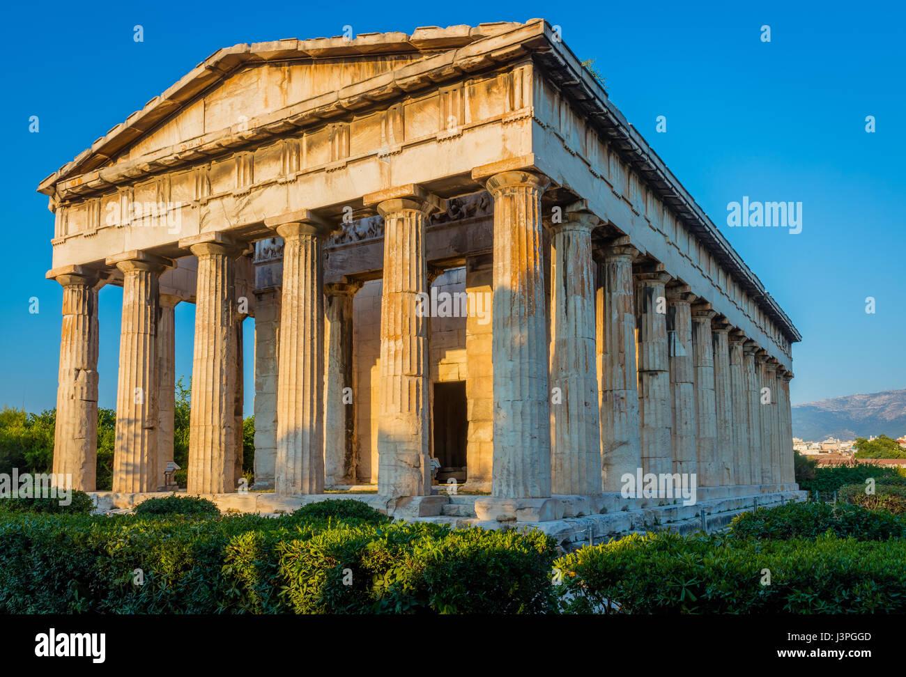 Antiken griechischen Ort der Anbetung, im dorischen Stil aus Marmor mit Bas Relief Friese gebaut. Befindet sich Stockbild