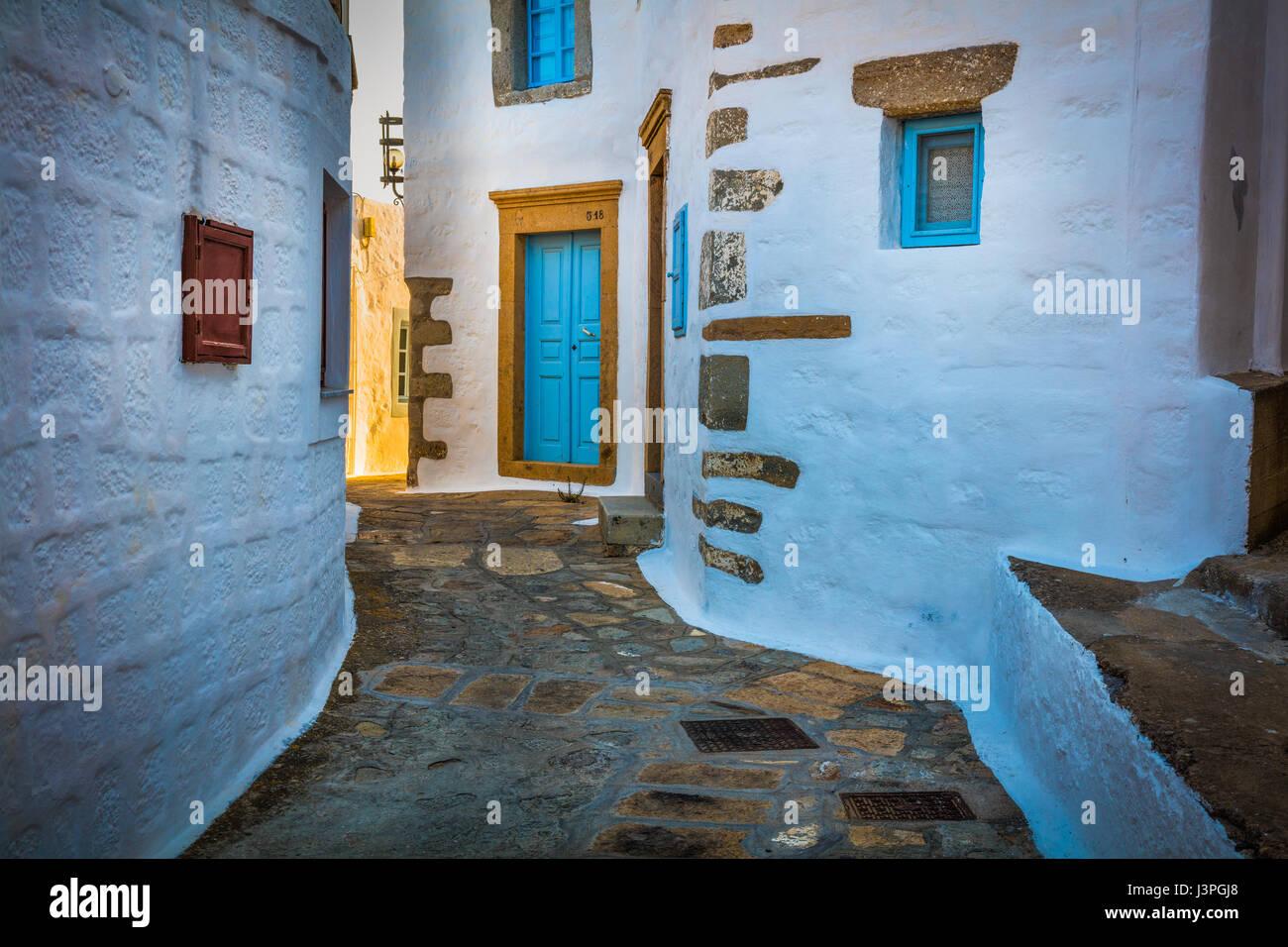 Straße in Chora auf der griechischen Insel Patmos. Patmos ist eine kleine griechische Insel im Ägäischen Meer. Stockfoto