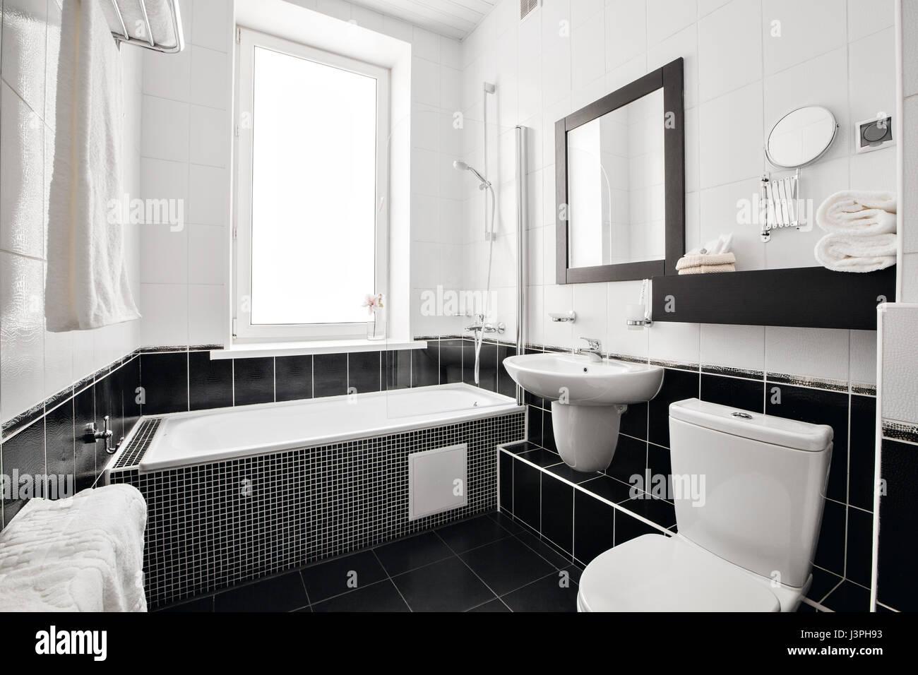 Moderne luxus badezimmer  Moderne Luxus-Badezimmer mit Badewanne und Fenster. Interior Design ...
