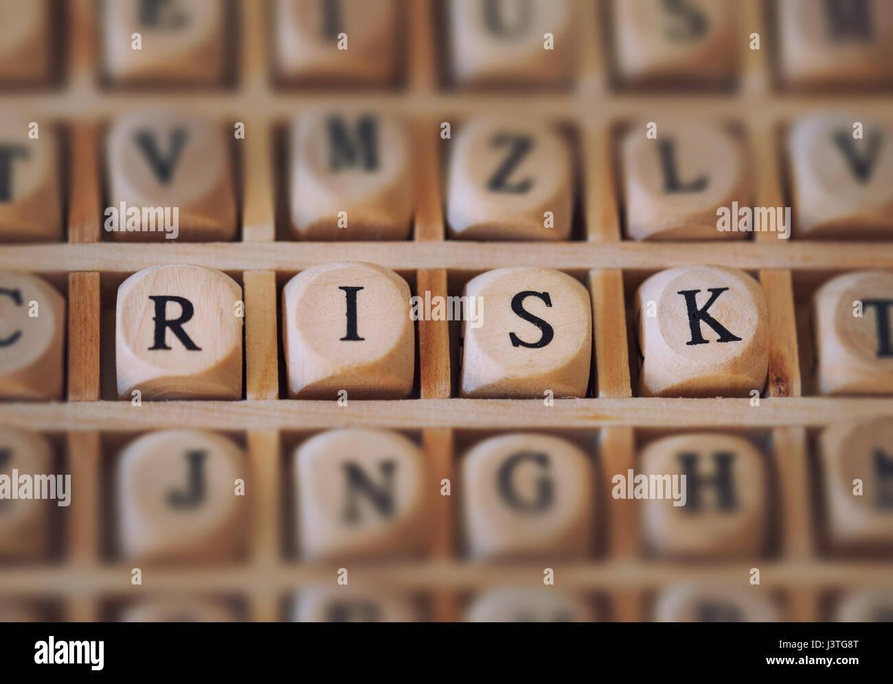 Risiko-Wort, das mit Bausteinen Stockbild