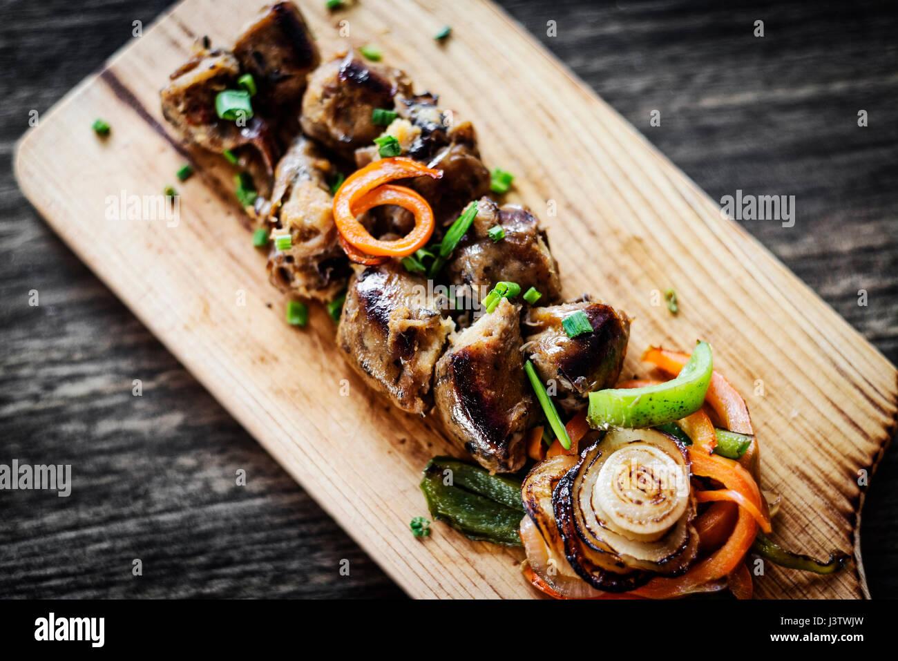 Gegrillte frische portugiesische Chourico Chorizo Wurst Starter Tapas Snack am Holzbrett Stockbild
