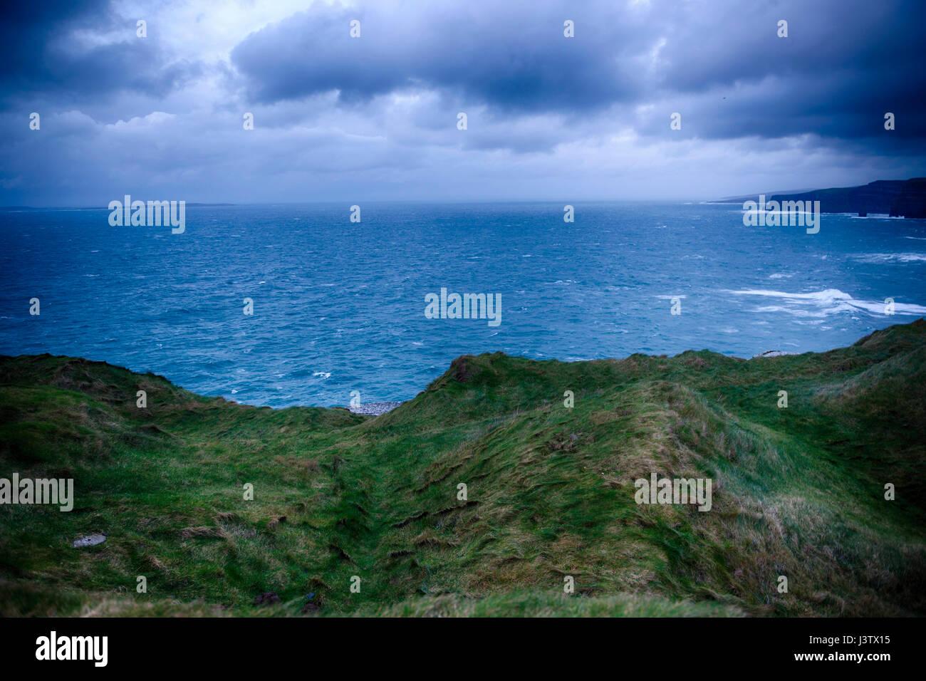 Foto auf Cliffs of Moher in Irland während des Sturms. Der Wind war so stark, dass ich meine Kamera kaum halten Stockbild