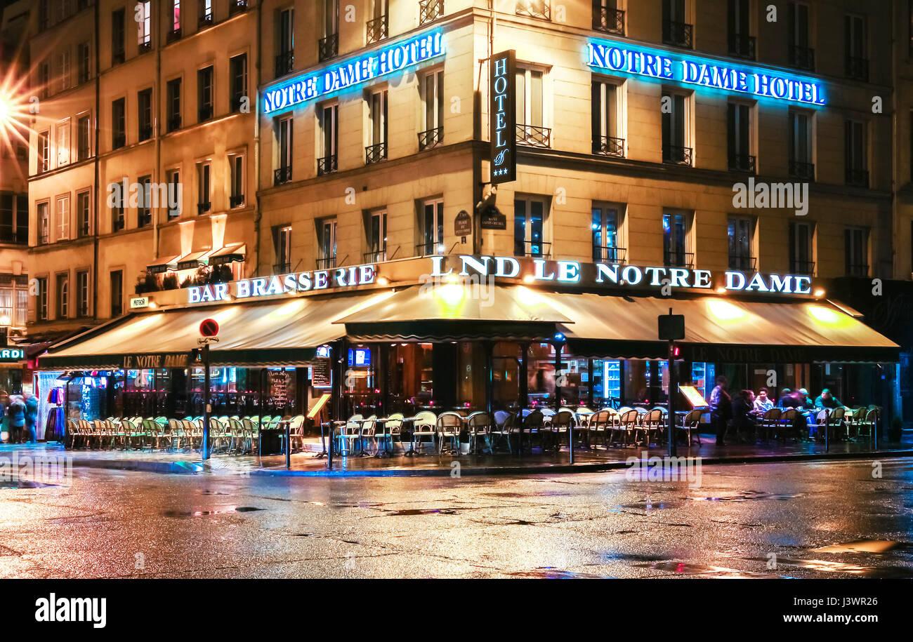 Paris, Frankreich-April 30, 2017: Das traditionelle Paris Café Le Notre Dame Kathedrale Notre-Dame in der Nähe. Stockfoto