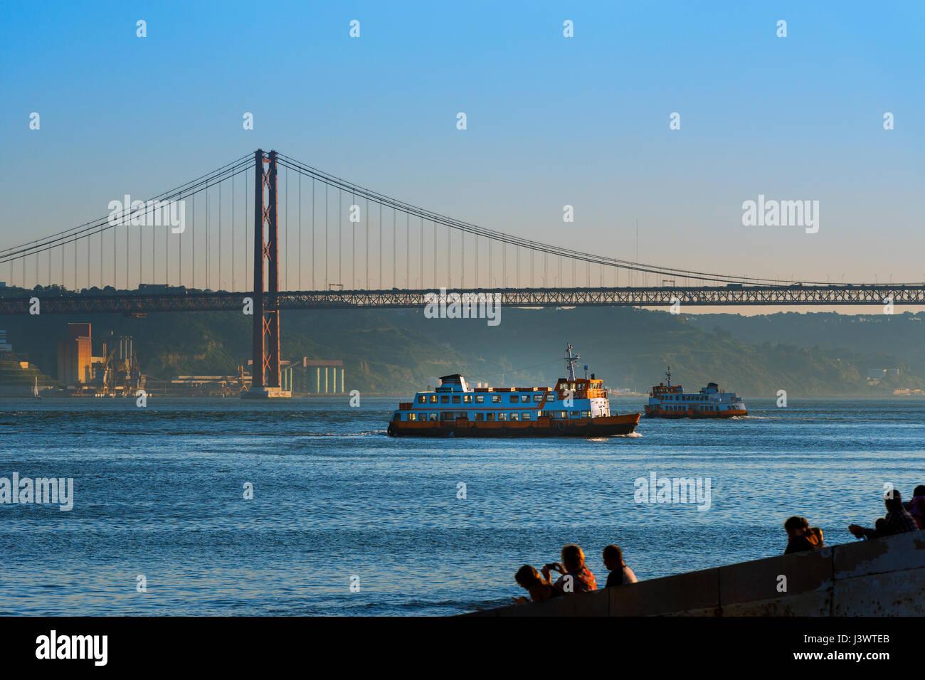 Lissabon Fluss zwei passagierschiffe cacilheiros überquert den fluss tejo in