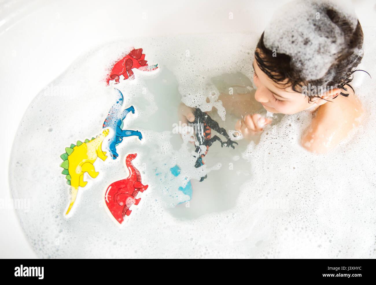 Jungen spielen mit Spielzeug im Bad, erhöht, Ansicht Stockfoto