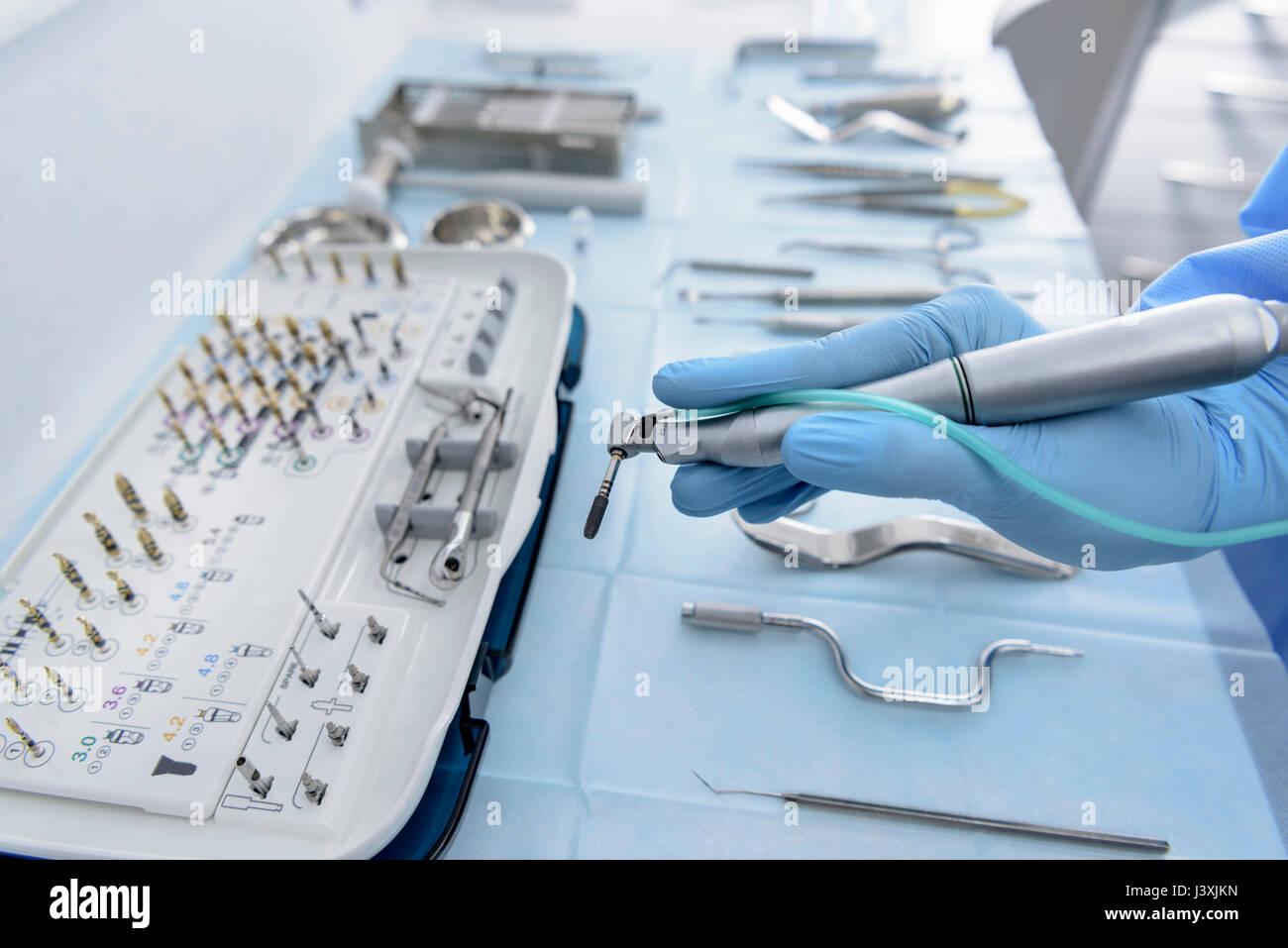 Zahnarzt holding Bohrer in der zahnärztlichen Chirurgie, in der Nähe Stockbild