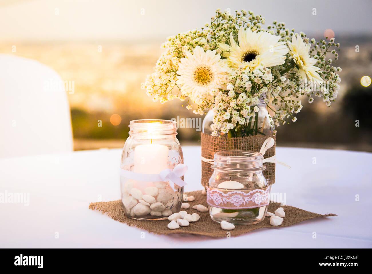 Ganz Weisse Hochzeit Tischdekoration Mit Blumen Kerzen Kieselsteine