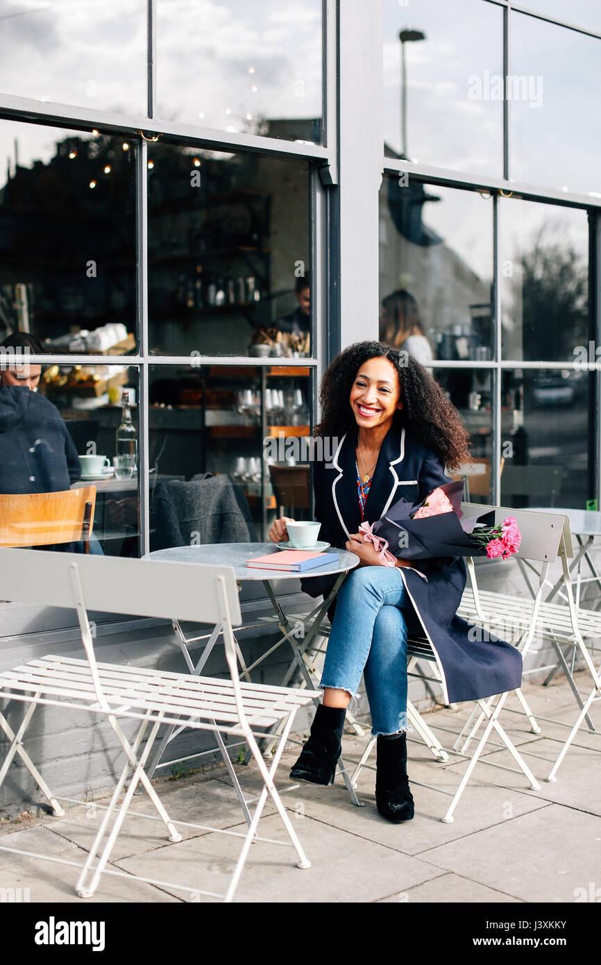 Mitte Erwachsene Frau mit Kaffee im Straßencafe Stockbild