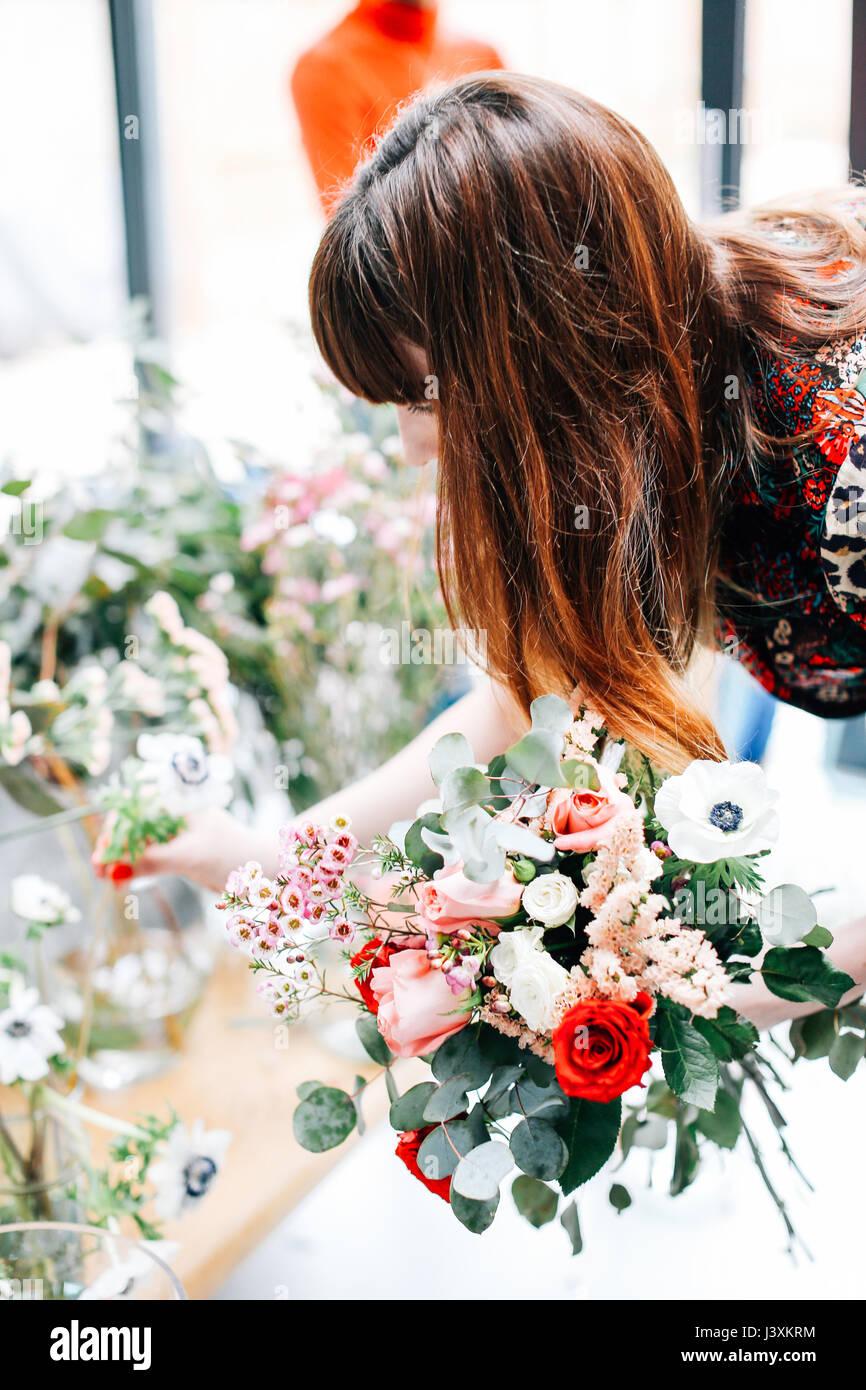 Florist student Auswahl Blumen bei Blume ordnen Workshop Stockbild