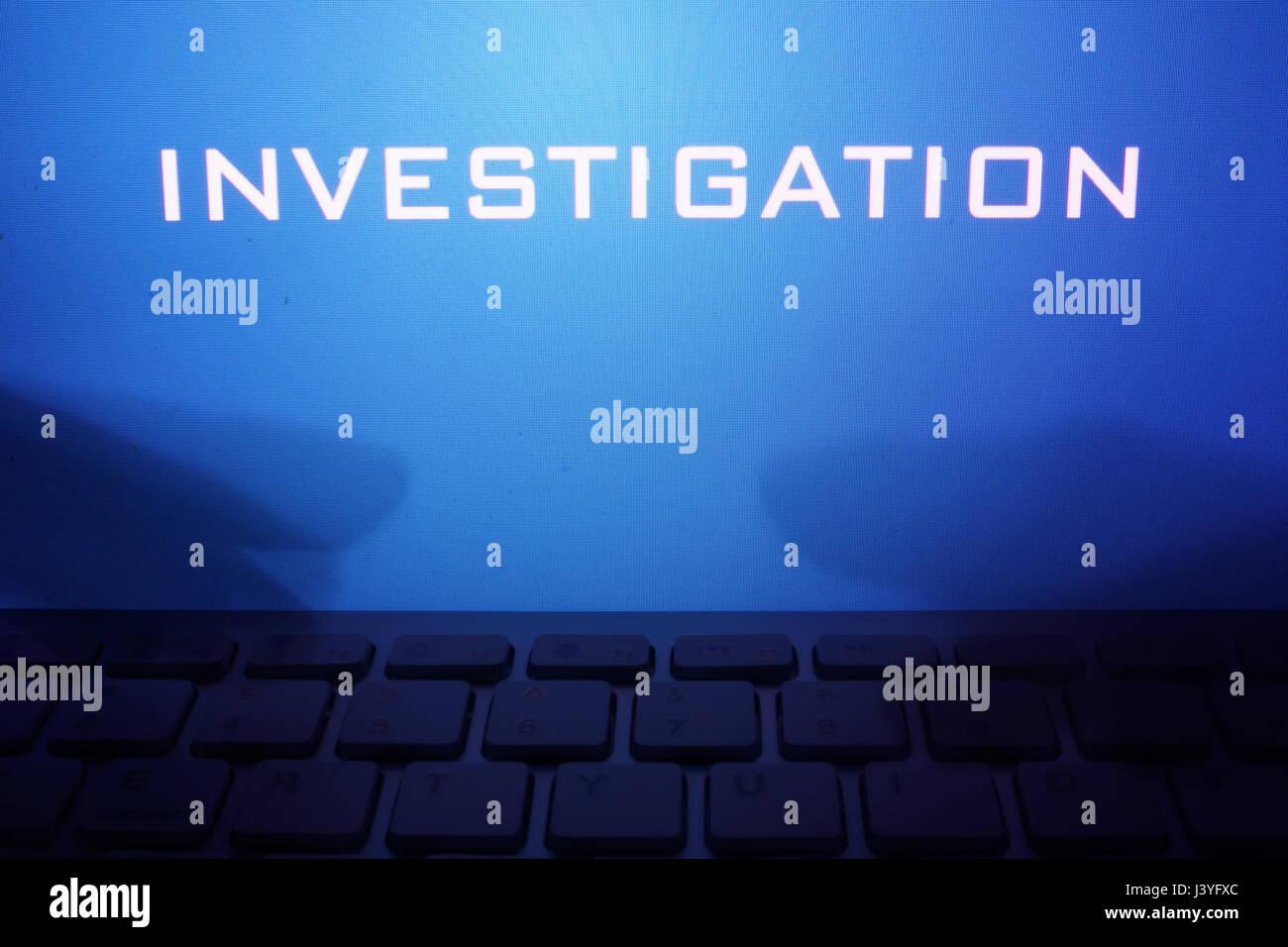 Monitor mit Nachricht Untersuchung und die Hände auf der Tastatur. Stockbild