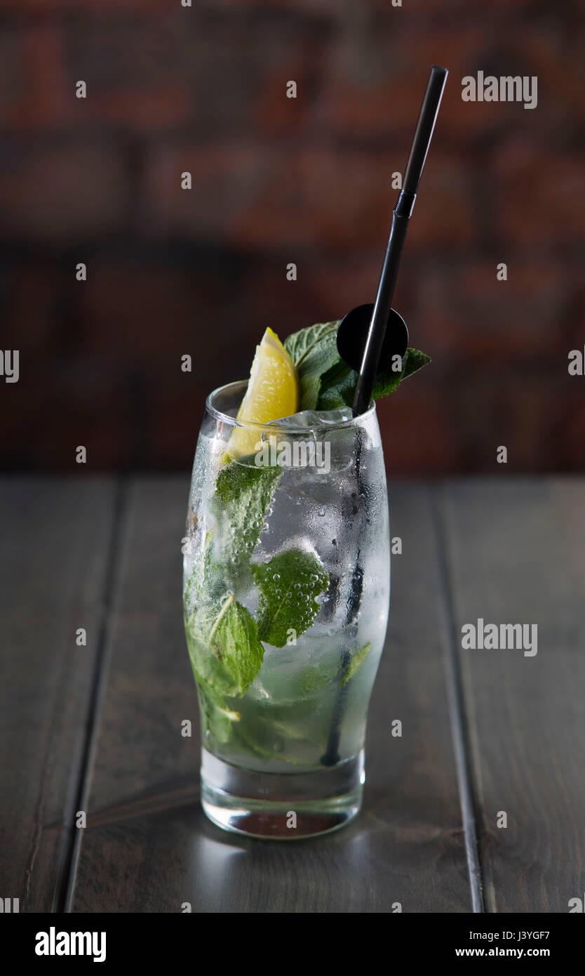 Ein Mojito alkoholischen Cocktail auf einem Tisch in einer Bar gesehen. Stockbild