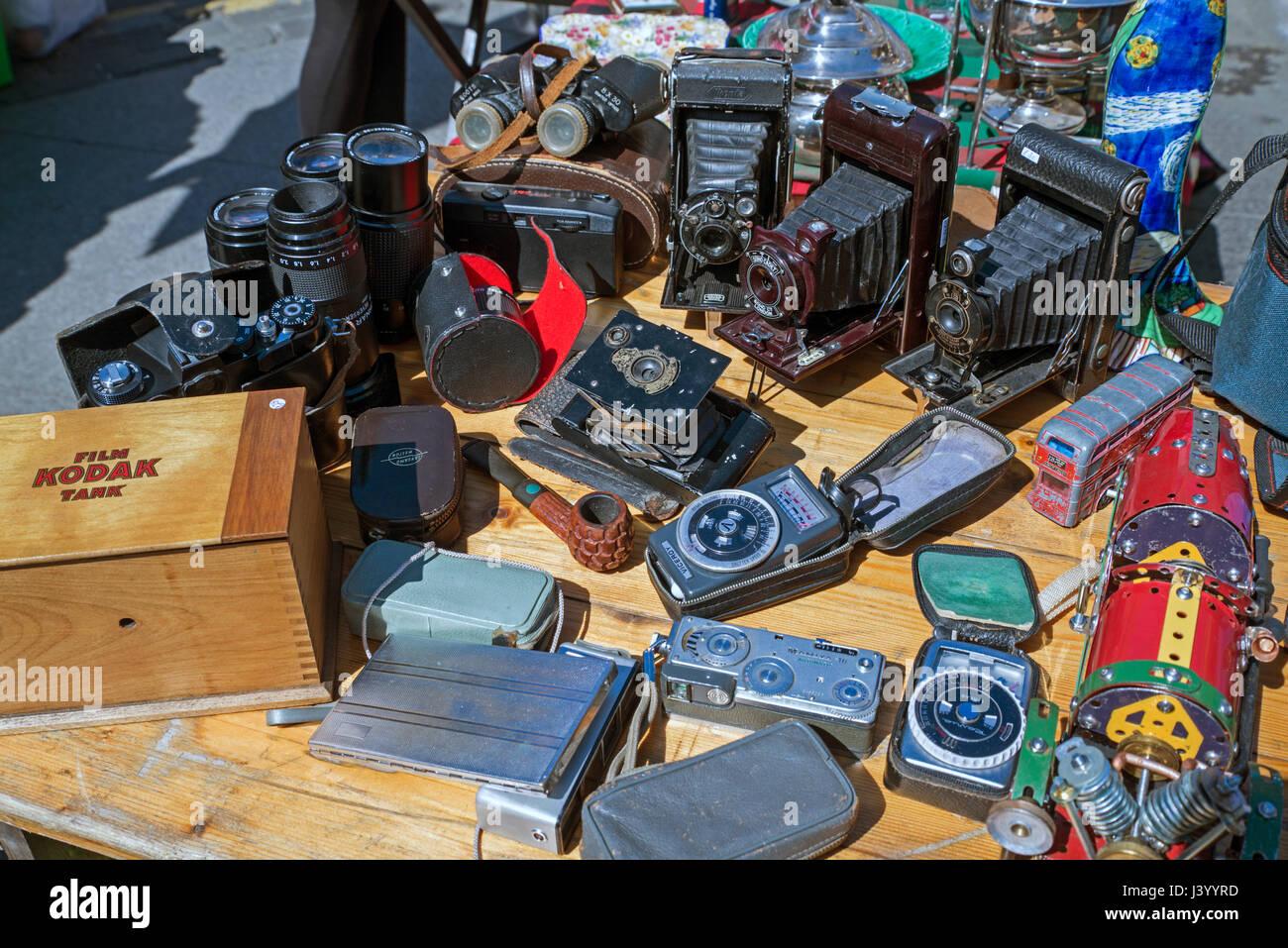 Alten klappbaren Kameras, Belichtungsmesser und sortierten Bits von Nippes auf einen Stall in Grassmarket, Edinburgh, Stockbild