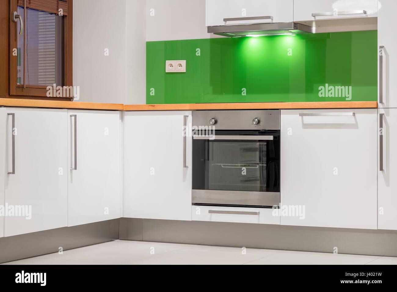 Kleine Küche Mit Grünen Wand, Holz Arbeitsplatte, Weiße Möbel Und  Eingebauten Herd