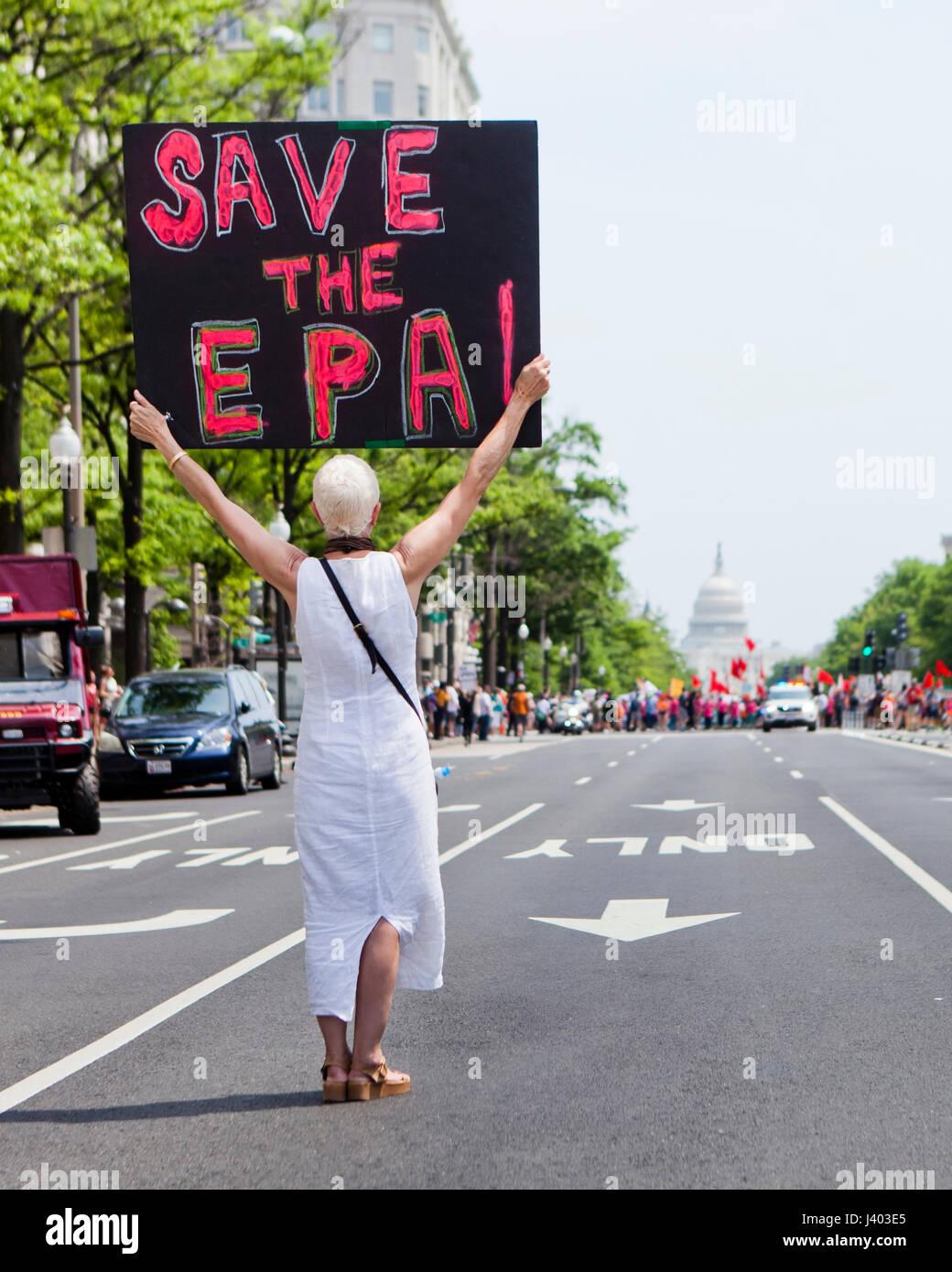 Klimawandel Aktivist holding 'SPEICHERN der EPA' Zeichen im Protest - USA Stockbild