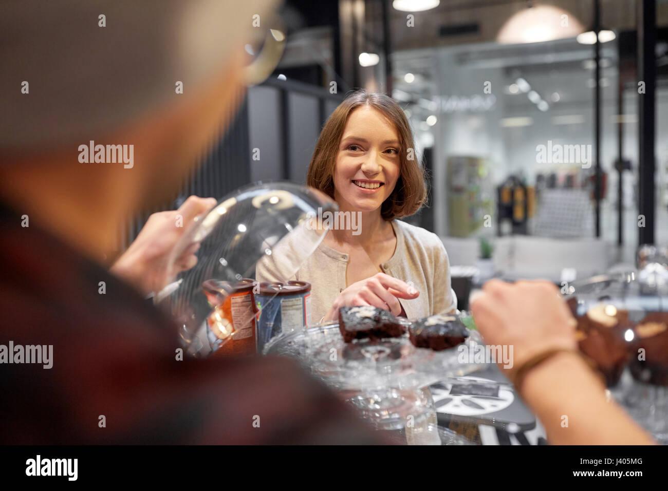 glückliche Frau Wahl Kuchen Vegan Café Stockbild