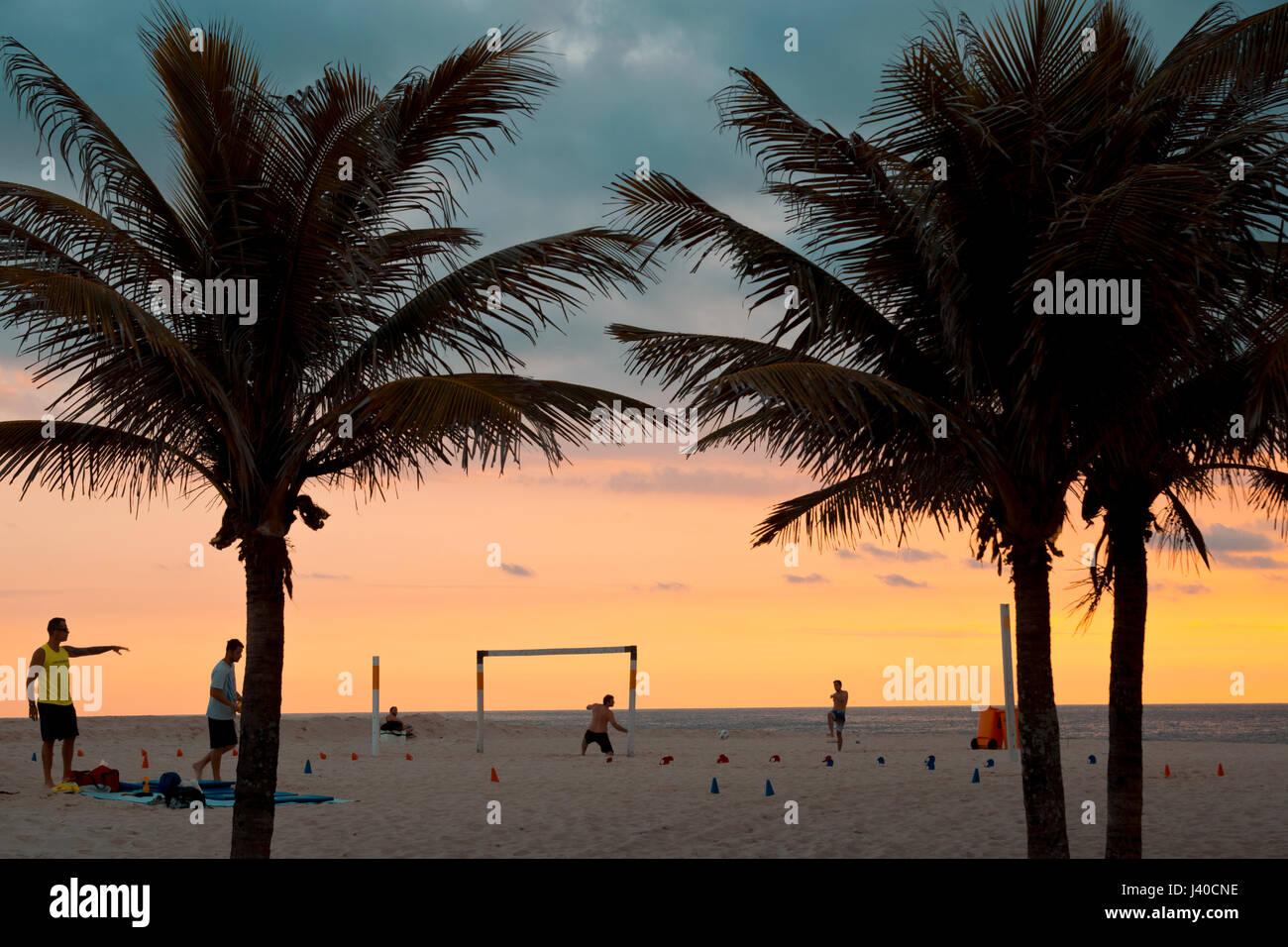 Fußball-Spieler am Strand von Ipanema während des Sonnenuntergangs, Rio De Janeiro, Brasilien Stockfoto