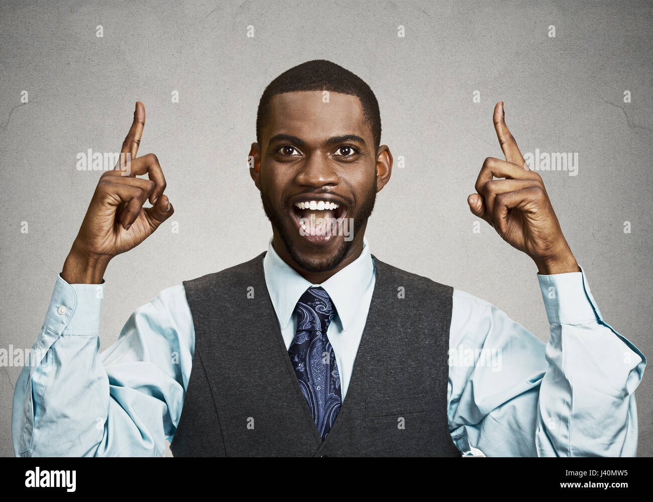 Closeup Portrait junger Geschäftsmann nach oben mit der Idee, Lösung, zeigt mit dem Zeigefinger Nummer Stockbild