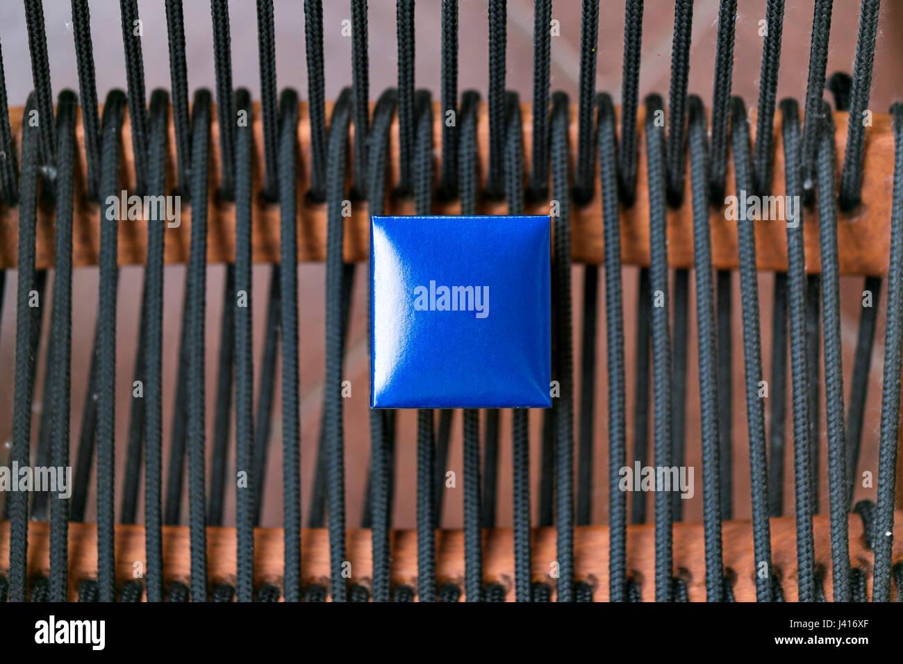 Schmuckschatulle blau geschlossen. Kleine Miniatur Jahrgang für die Aufbewahrung von Schmuck wie Ringe, Halskette Stockfoto