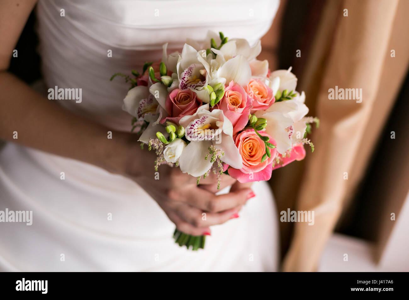 braut h lt brautstrau hautnah rosa und wei e rosen freesien brunia dekoriert in. Black Bedroom Furniture Sets. Home Design Ideas