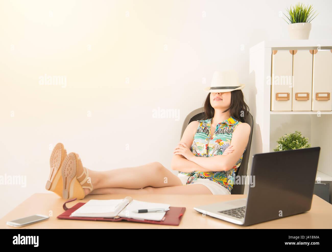 business frau tagtr umen ber ihre ferien auf dem stuhl im b ro schlafen urlaub und reisen. Black Bedroom Furniture Sets. Home Design Ideas