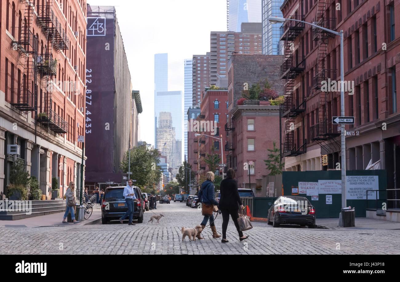 Anwohner laufen im gehobenen, die Innenstadt von Viertel Tribeca in New York City, NY, USA.  Eines der teuersten Stockbild