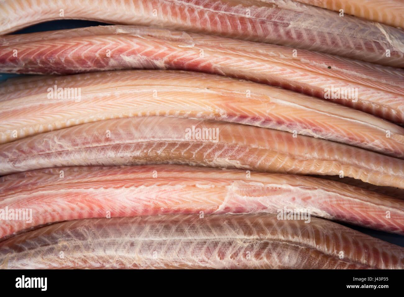 Dunkelhäutigen Rock Aal oder Katzenhai zum Verkauf im Ladengeschäft Fischhändler oder Fisch hautnah Stockbild