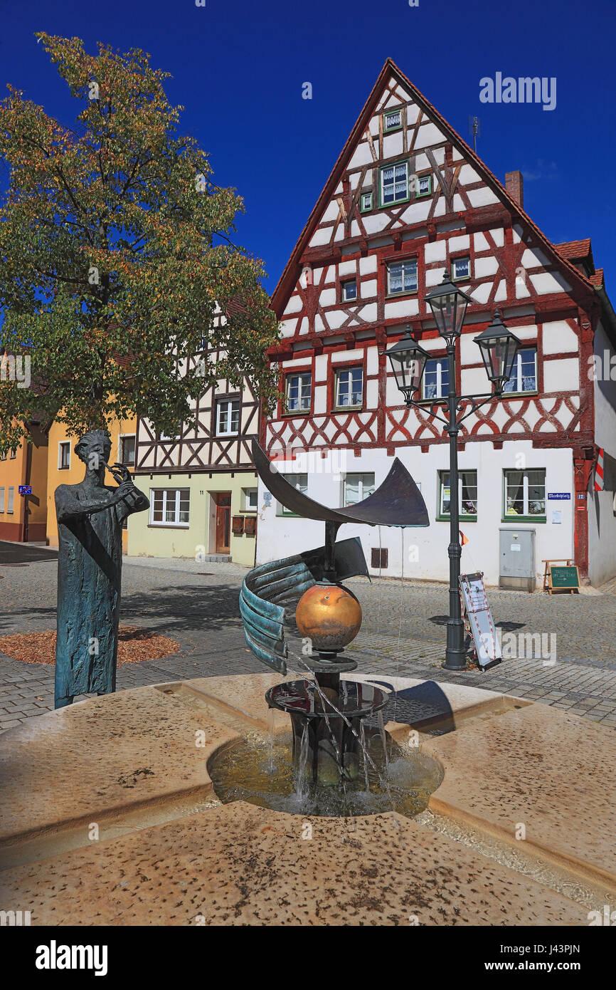 Rahmen-Häuser und Brunnen am Platz Rathaus, Dorf von Heideck ...