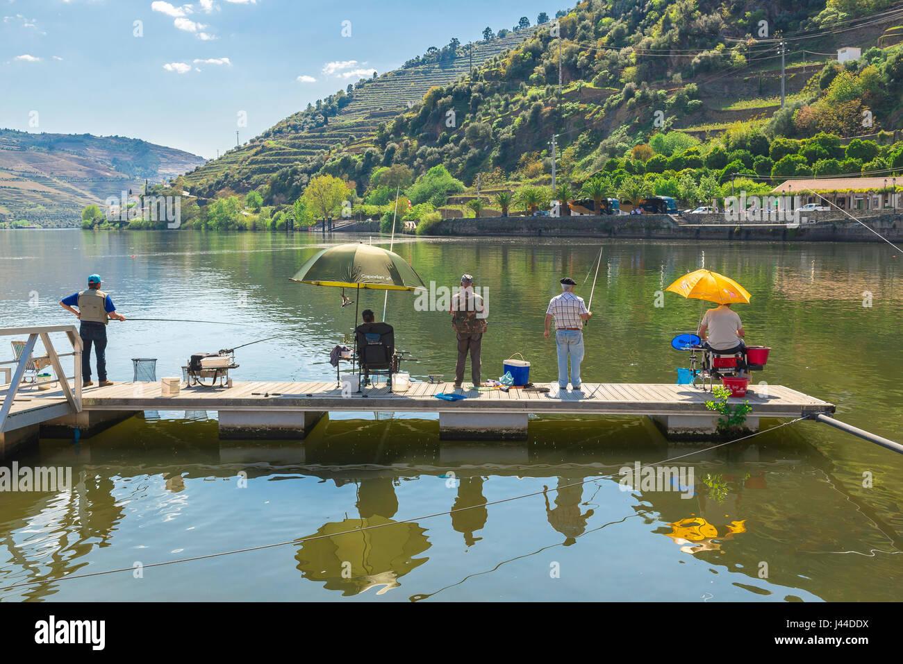 Männer angeln, im Alter von eine Gruppe von Mitte Männer Angeln in Portugal, Europa. Stockbild