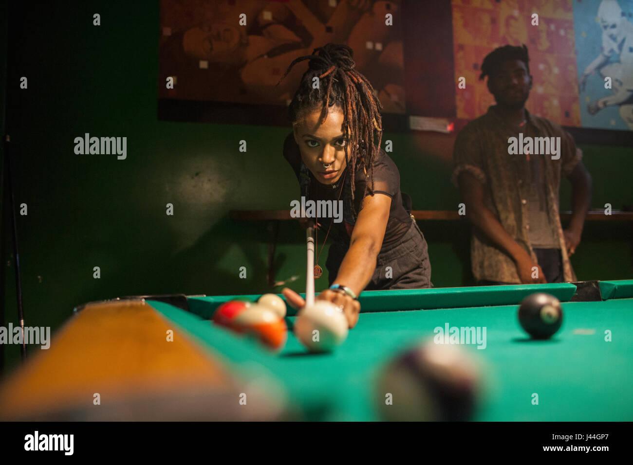Eine junge Frau, Billard spielen. Stockbild