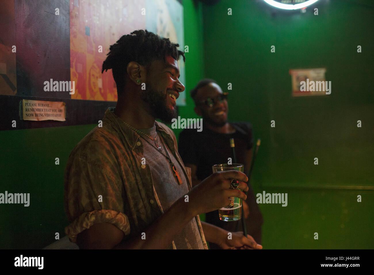Zwei junge Männer in einer Bar. Stockfoto