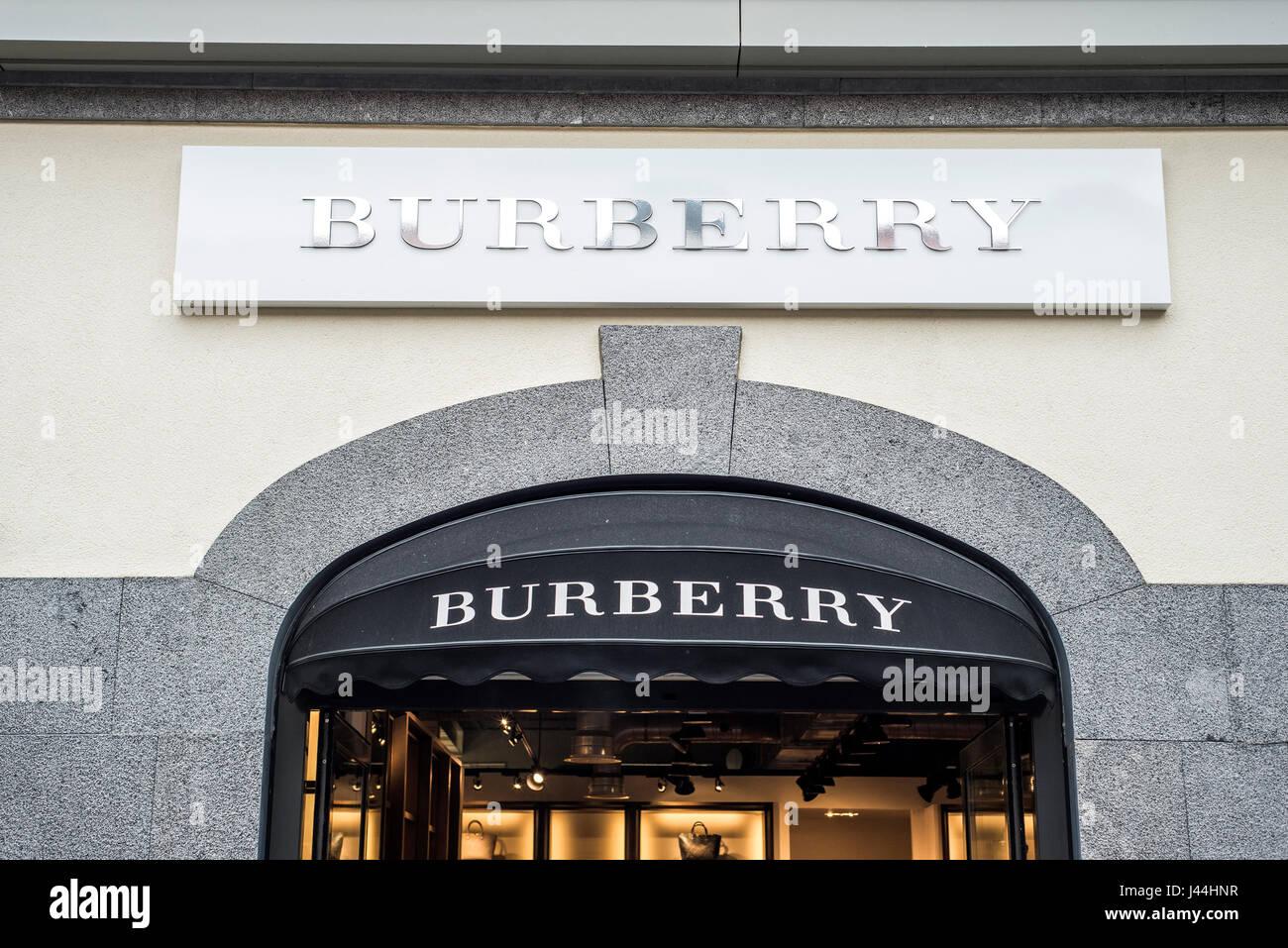 Roermond Niederlande 07.05.2017 - Logo von Burberry Store im Mc Arthur Glen Designer Outlet shopping-Bereich Stockfoto