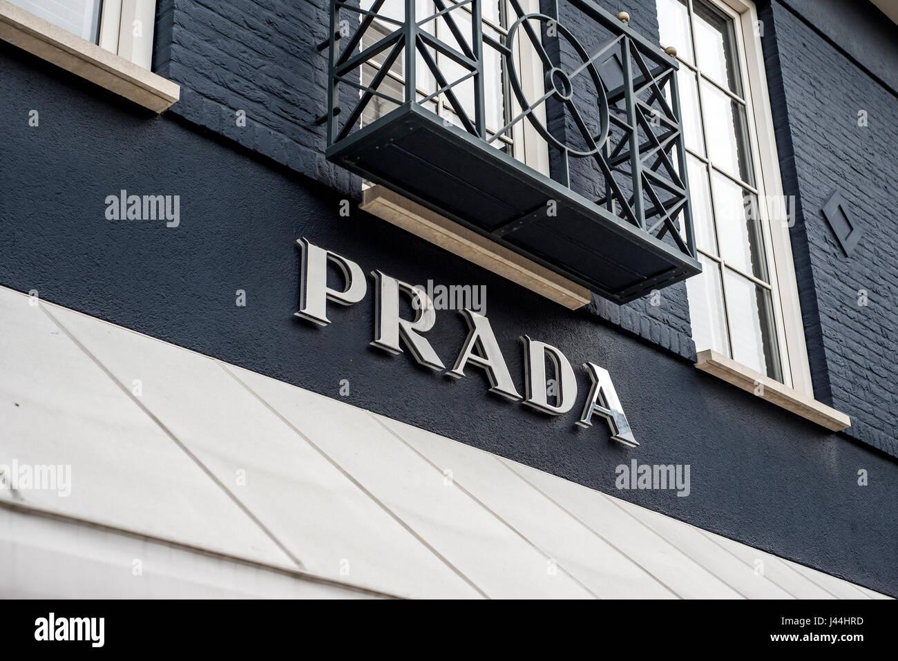Roermond Niederlande 07.05.2017 - Logo des Luxus Prada Store in der Mc Arthur Glen Designer Outlet shopping-Bereich Stockfoto