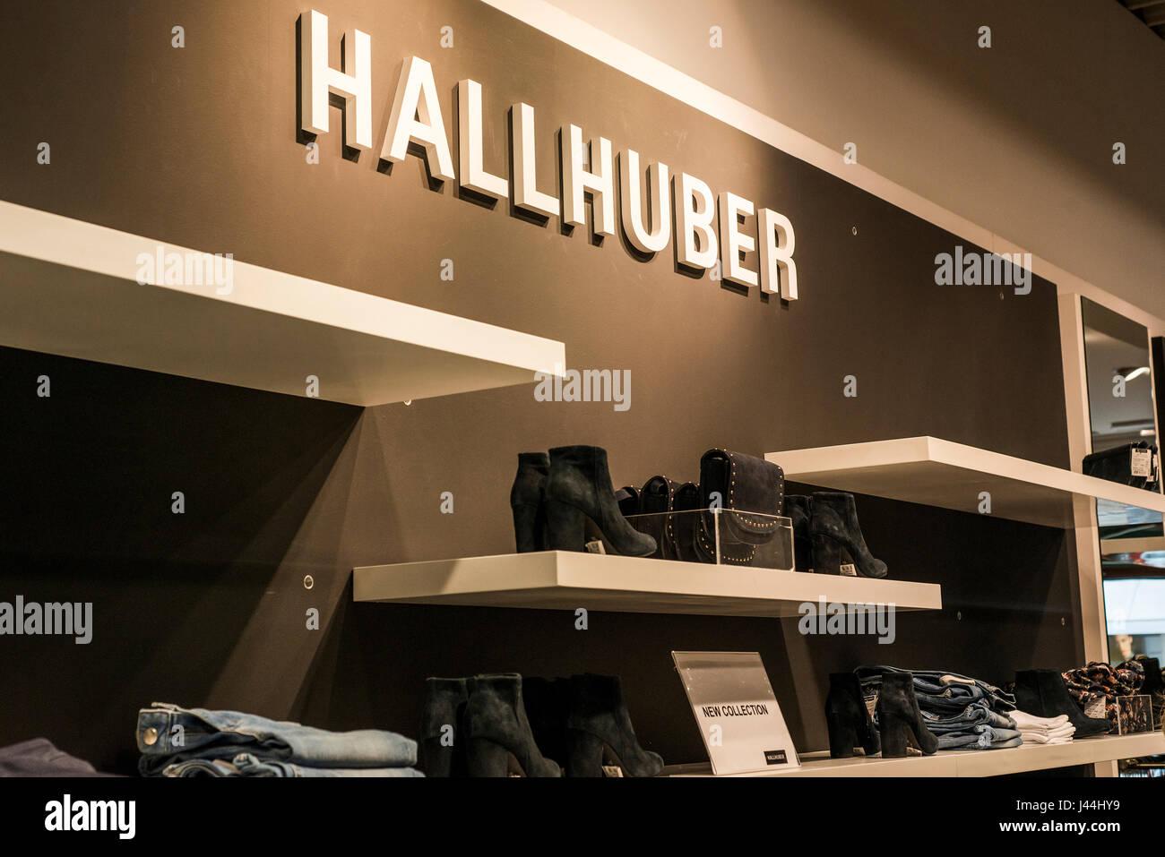 Roermond Niederlande 07.05.2017 - Logo des Hallhuber Store im Mc Arthur Glen Designer Outlet shopping-Bereich Stockfoto