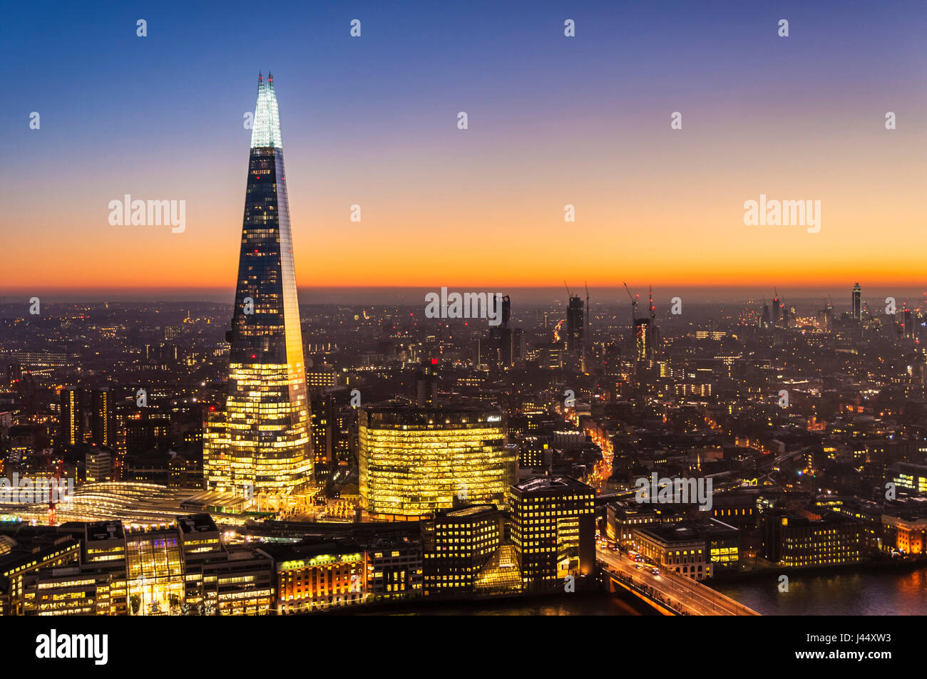 London Skyline Shard London Nacht der Shard London bei Nacht Sonnenuntergang sky London Skyline Nacht Großbritannien Stockbild