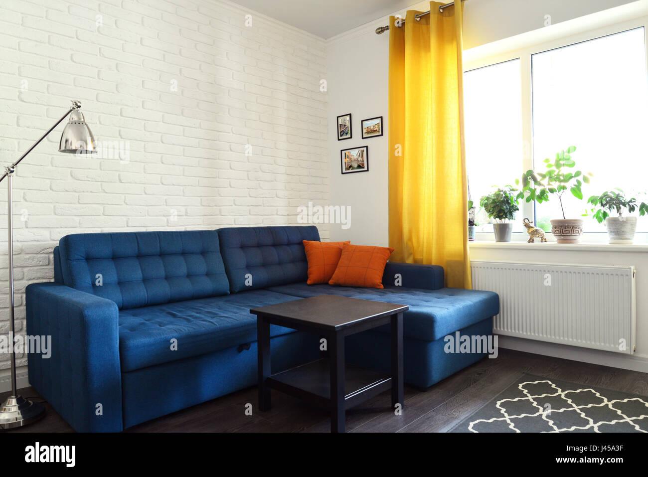 Saubere Familienzimmer Mit Blaue Couch Weiße Ziegel Wand Und Gelbe