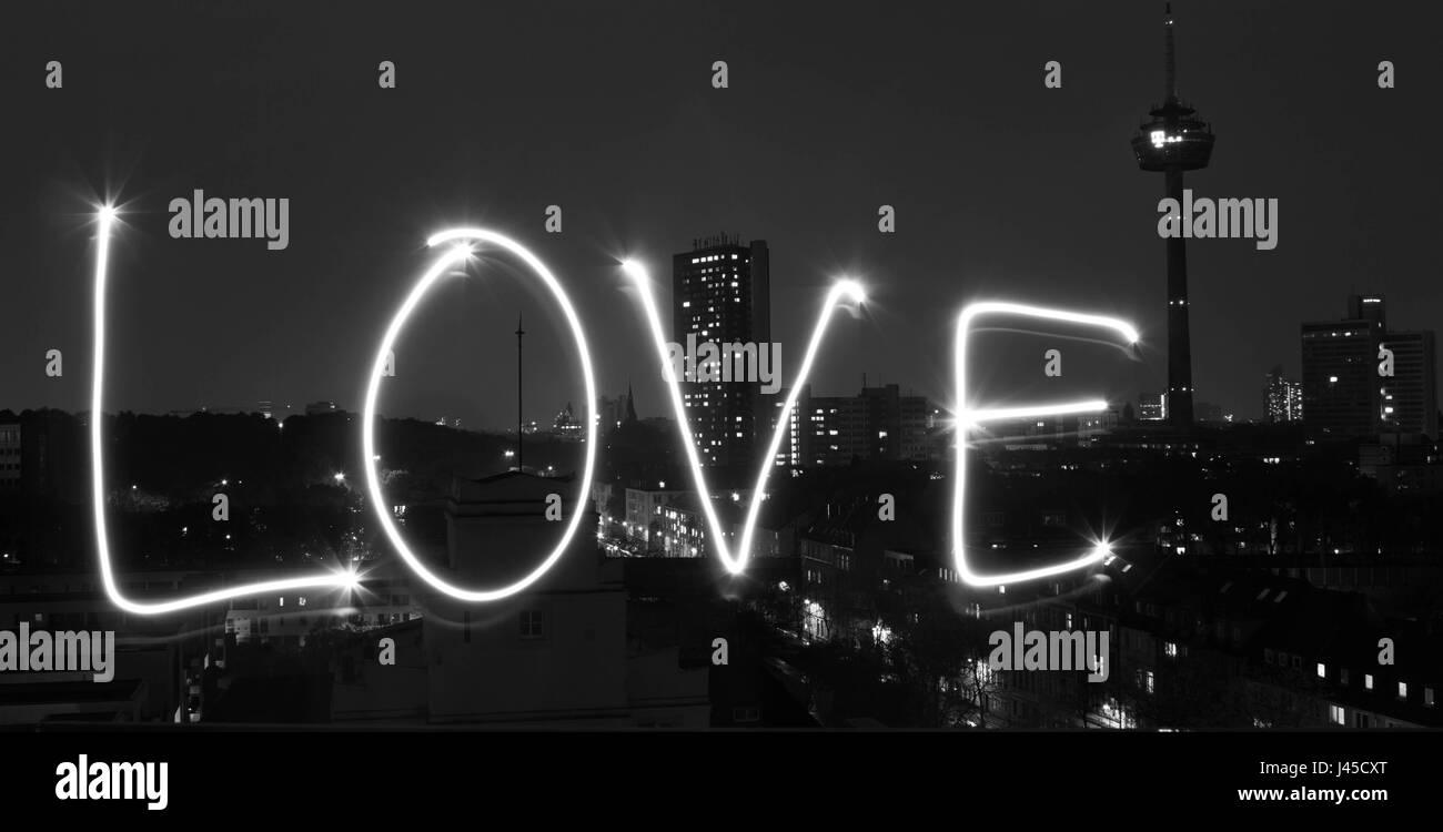 Lightpainting mit Blick auf die Skyline - Liebe Stockbild