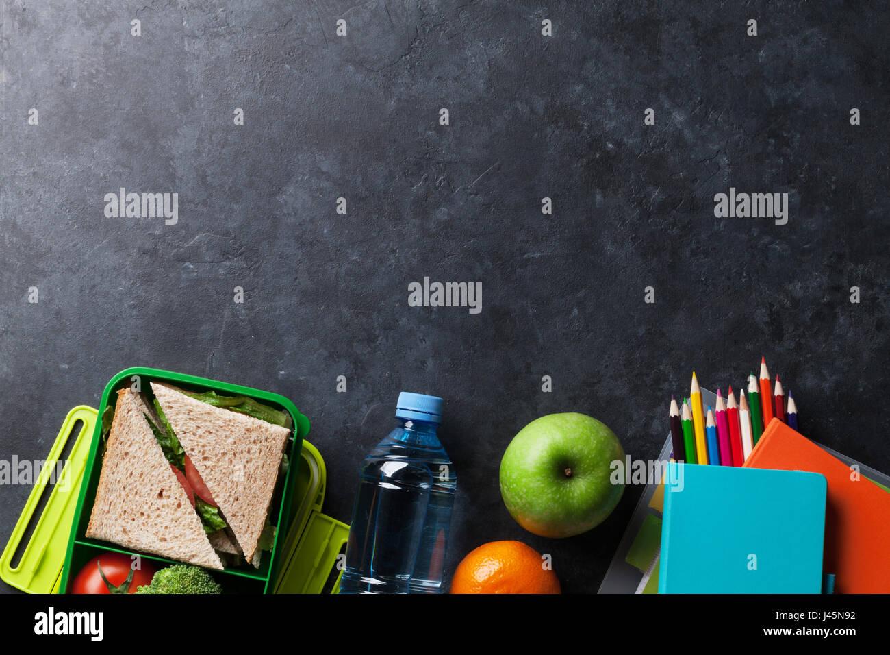 Kinder Picknick Tafel : Lunch box mit gemüse und sandwich. kinder wegnehmen