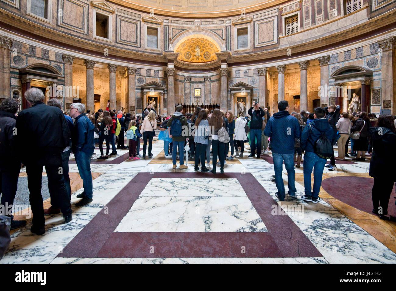 Eine Innenansicht der Touristen Besucher in das Pantheon in Rom. Stockfoto
