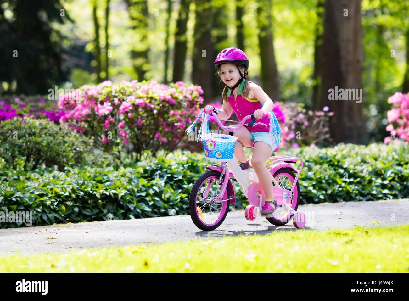 kinder reiten fahrrad kind auf dem fahrrad im sonnigen. Black Bedroom Furniture Sets. Home Design Ideas