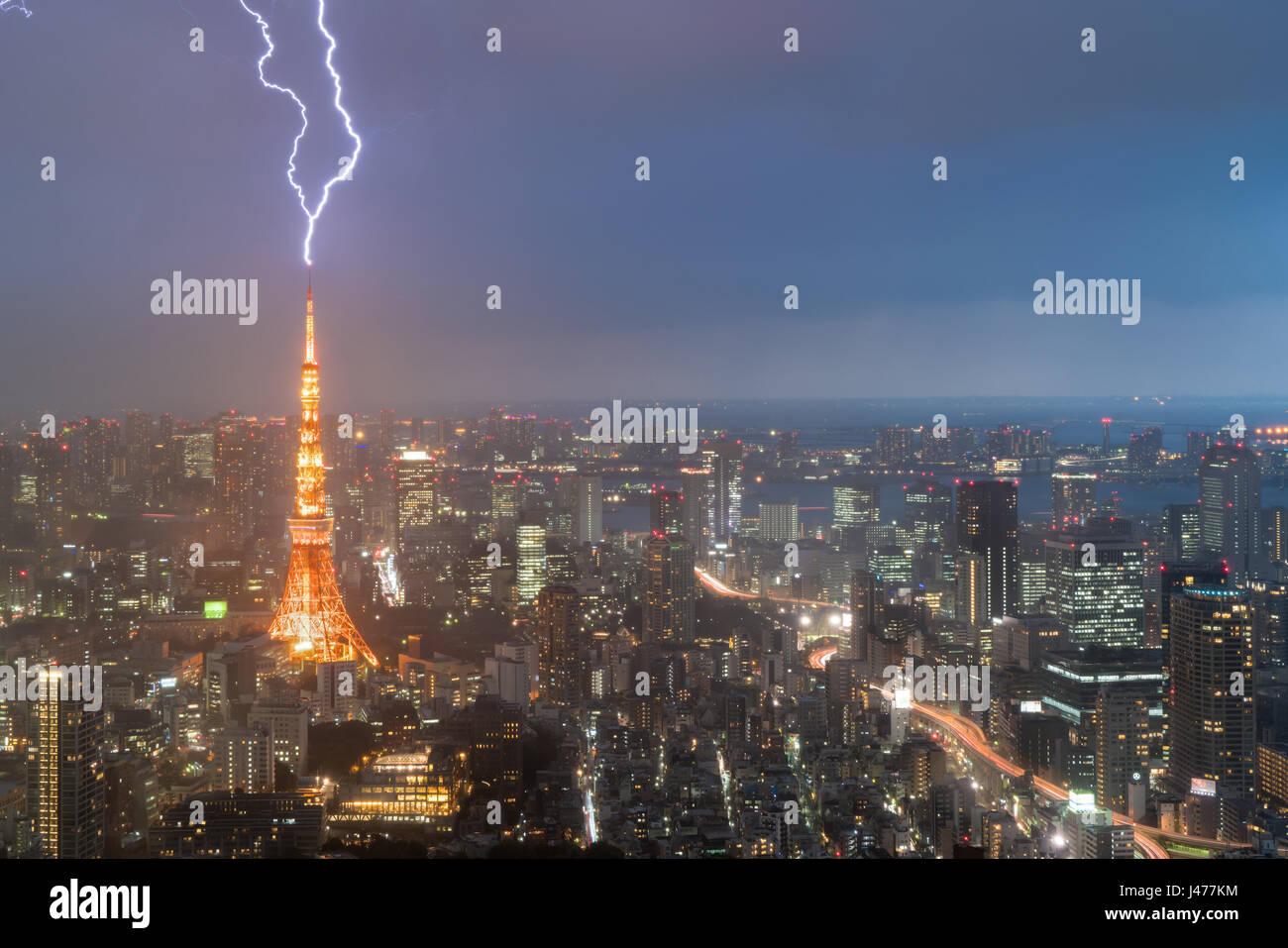Gewitter über der Stadt Tokio, Japan in der Nacht mit Blitz über Tokyo Tower. Gewitter in Tokio, Japan. Stockbild