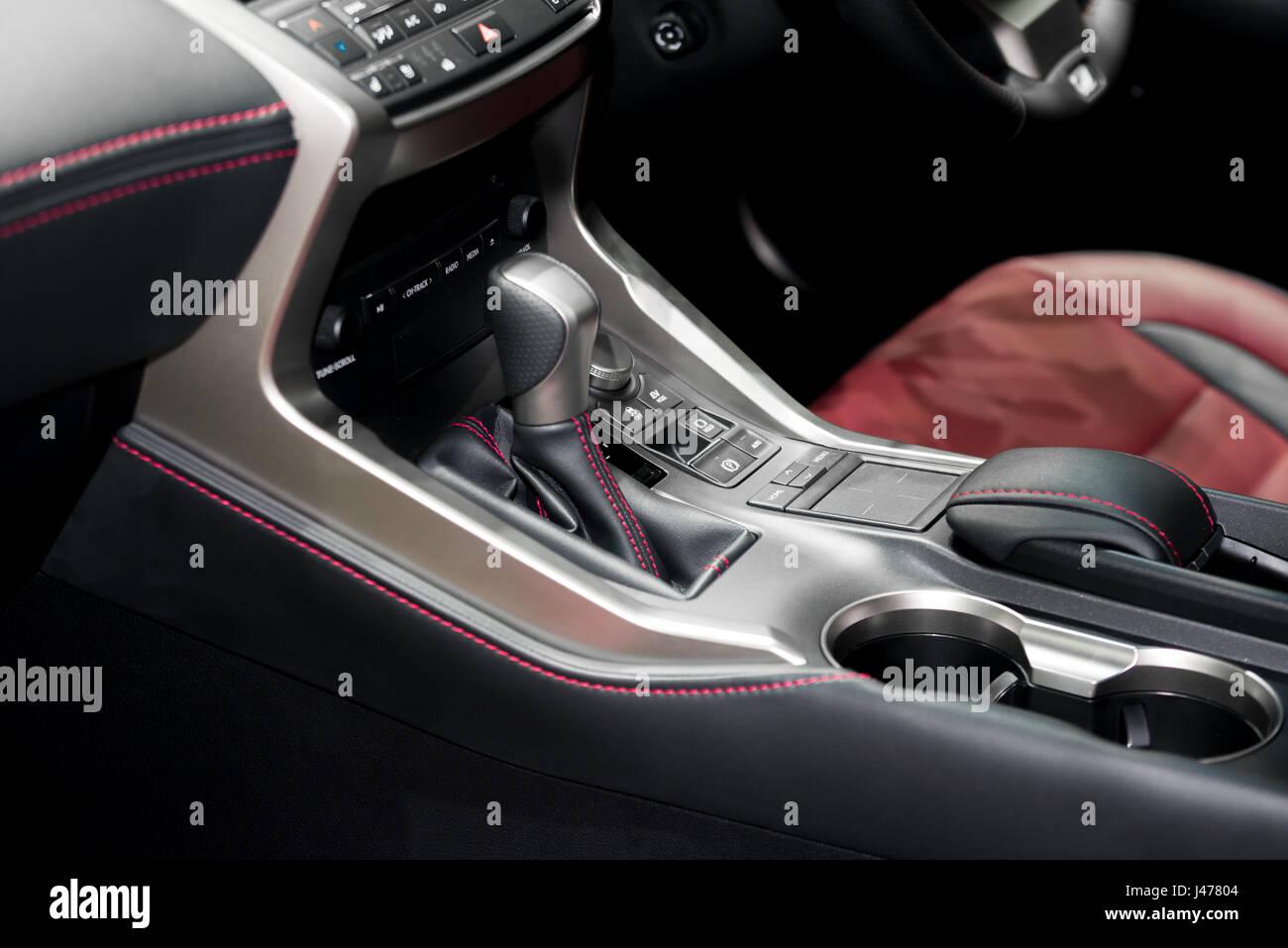Rote Luxus-Auto Innenraum mit Lenkrad, Hebel und Klimaanlage zu ...