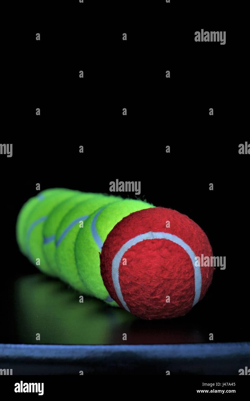 Rote Kugel mit grünen Kugeln. Andere Persönlichkeit, Identität verloren. Stockbild