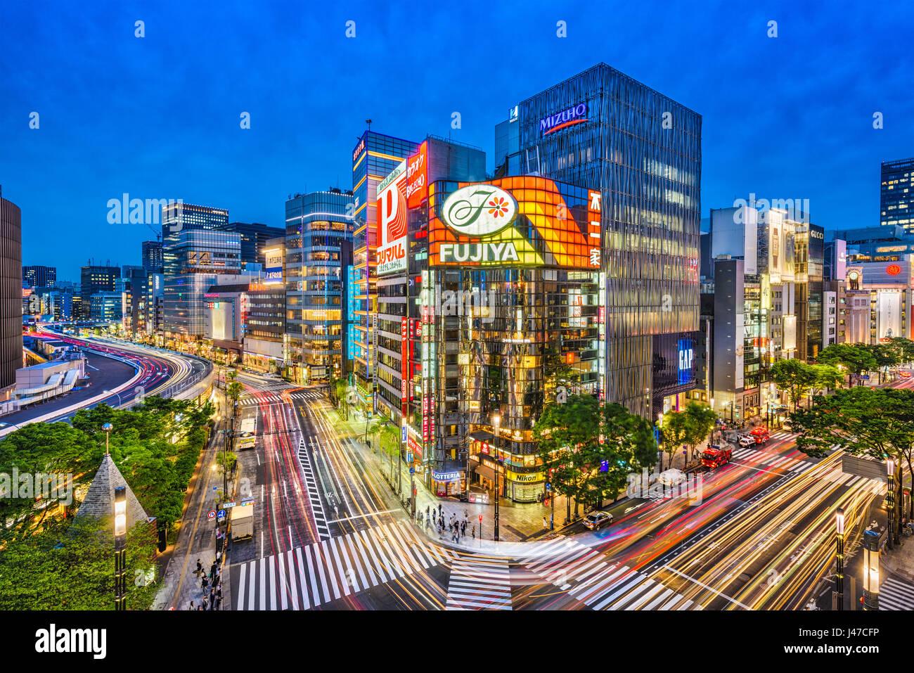 TOKYO, JAPAN - 9. Mai 2017: Das Ginza-Viertel in der Nacht. Ginza ist eine beliebte gehobene Einkaufsviertel Tokios. Stockbild