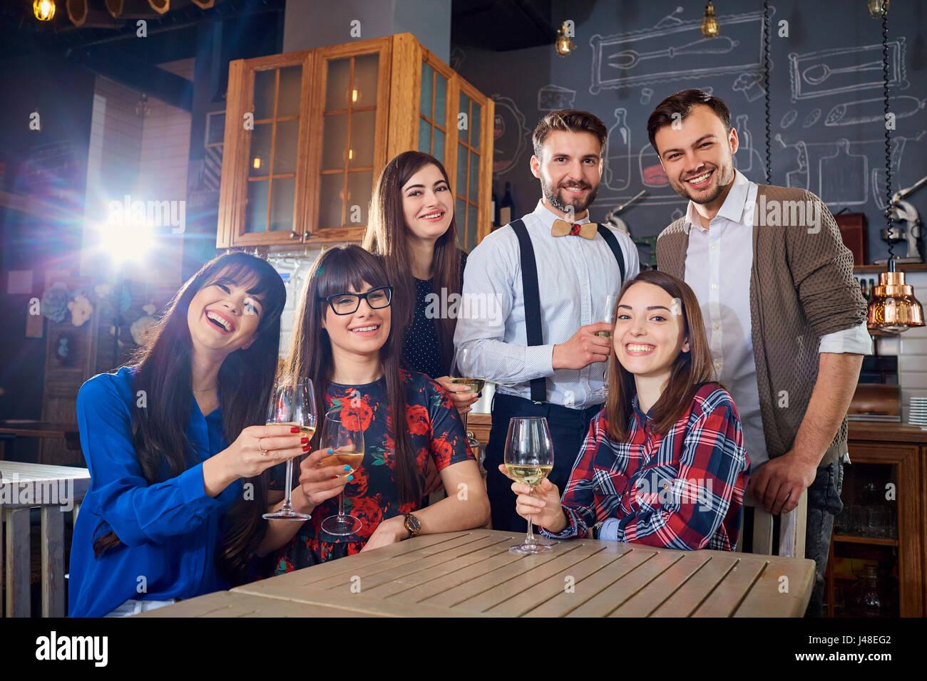 Gruppe von Freunden bei einem Treffen mit Brille zum Lachen und Lächeln Stockbild
