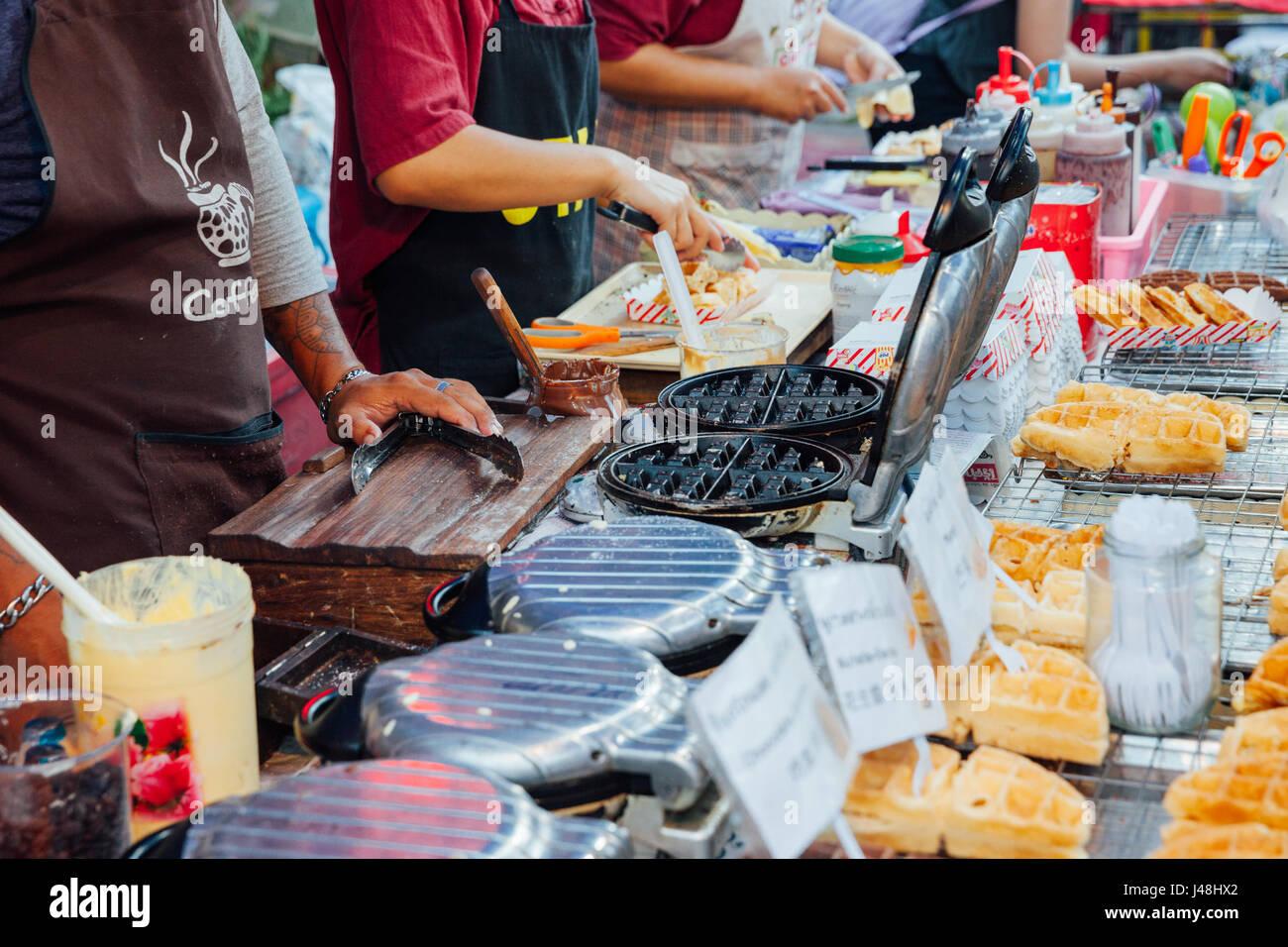 CHIANG MAI, THAILAND - 21 AUGUST: Köche kocht und verkauft Waffeln am Sonntagsmarkt (Walking Street) 21. August Stockbild